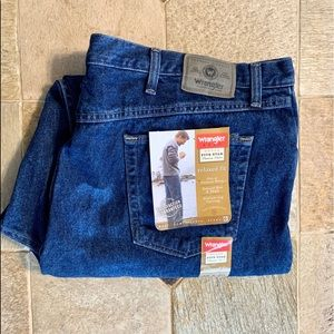 NWT Wrangler Relaxed Fit Dark Wash Jeans 46 x 30